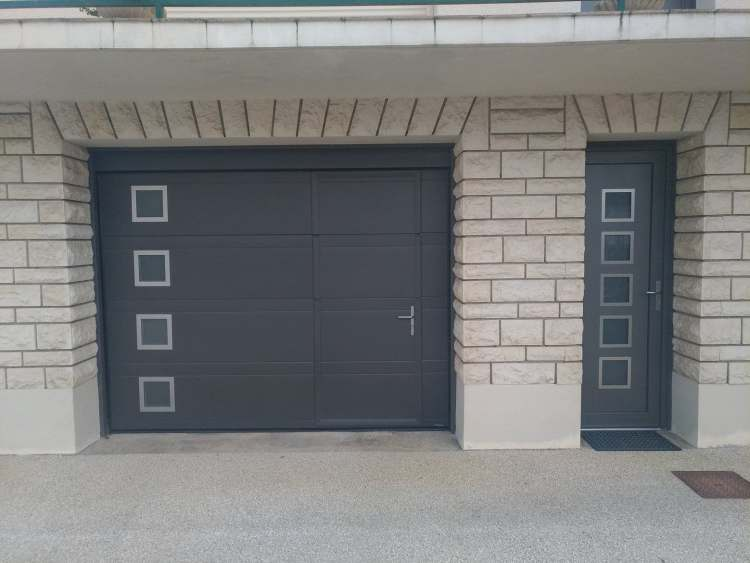 porte de garage et porte d'entrée assortis