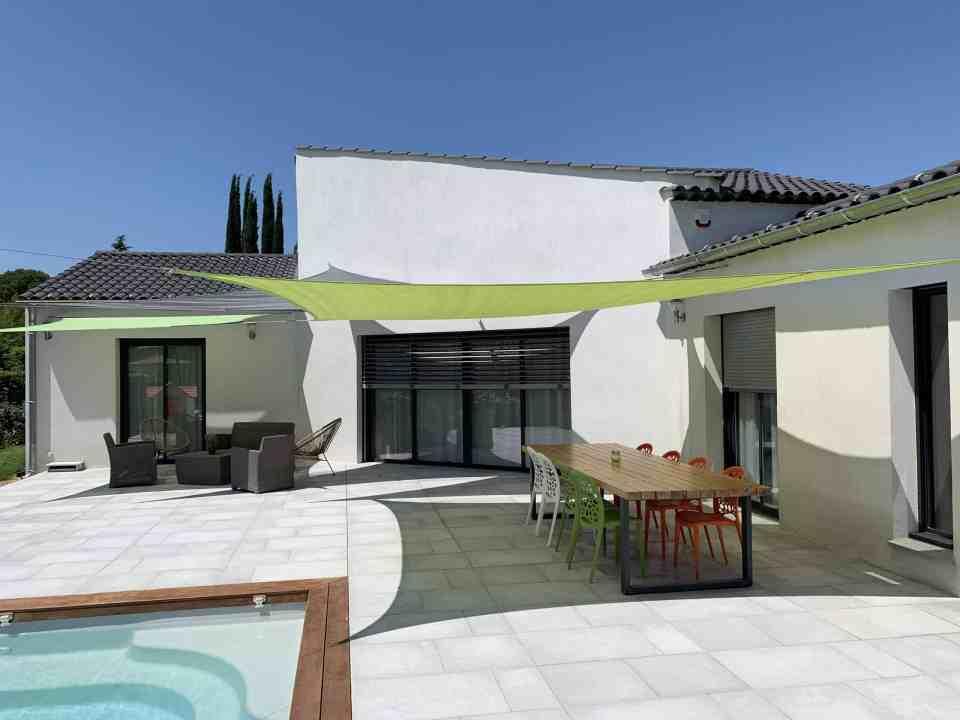 Projet Neuf – Menuiseries aluminium Baie à galandage avec brises soleil orientables – Volets roulants