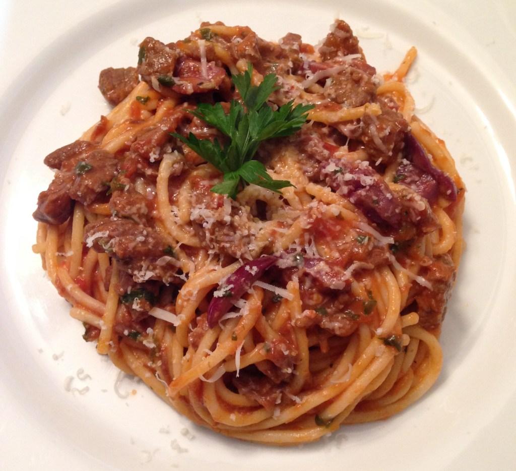 Spaghetti sem glúten com molho rústico de carne e azeitonas pretas