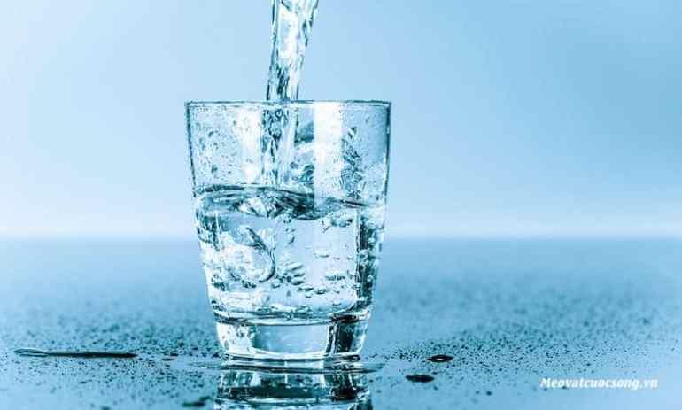 Uống nhiều nước giúp đánh tan bọng mắt