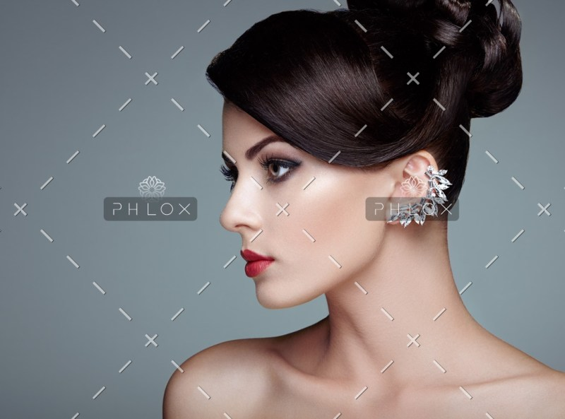 fashion-portrait-of-young-beautiful-woman-with-PMFKBUZ