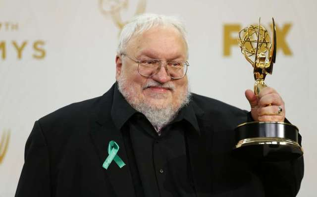 """George R. R. Martin holds the award for Outstanding Drama Series for HBO's """"Game Of Thrones"""" backstage during the 67th Primetime Emmy Awards in Los Angeles, California September 20, 2015. REUTERS/Mike Blake - RTS2377"""