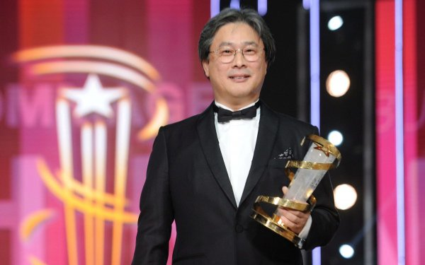 epa05062375 South Korean director and screenwriter Park Chan-wook  poses after being awarded during the 15th annual Marrakech International Film Festival, in Marrakech, Morocco, 06 December 2015. The festival runs from 04 to 12 December.  EPA/ABDELHAK SENNA