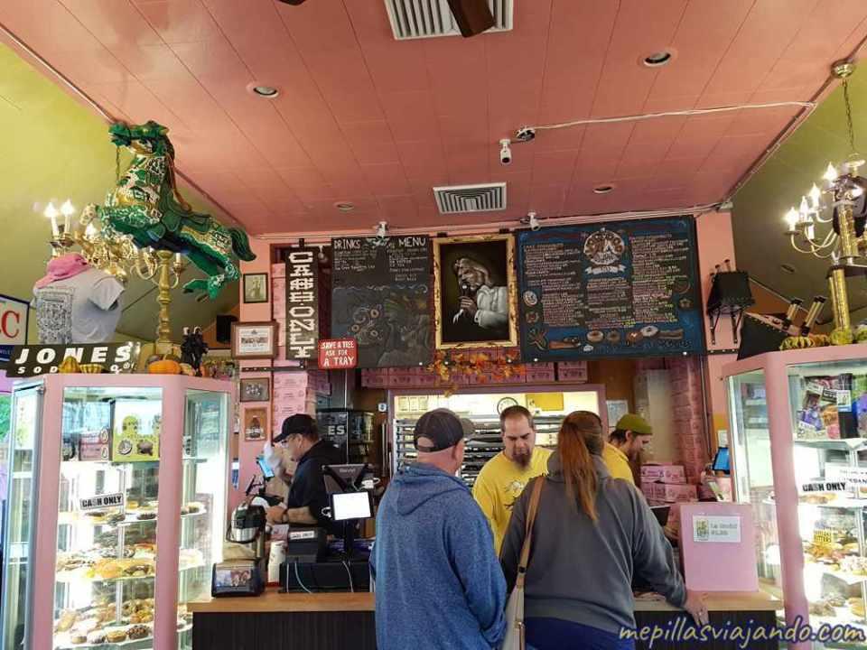 Interior de Voodoo Doughnuts