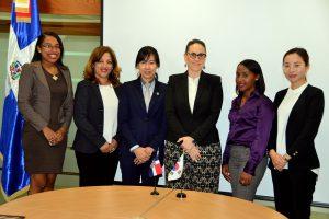 La nueva voluntaria junto a la directora de Cooperación Bilateral, María Fernanda Ortega Gámez, y representantes de la KOICA y del ayuntamiento de Sabana de la Mar.