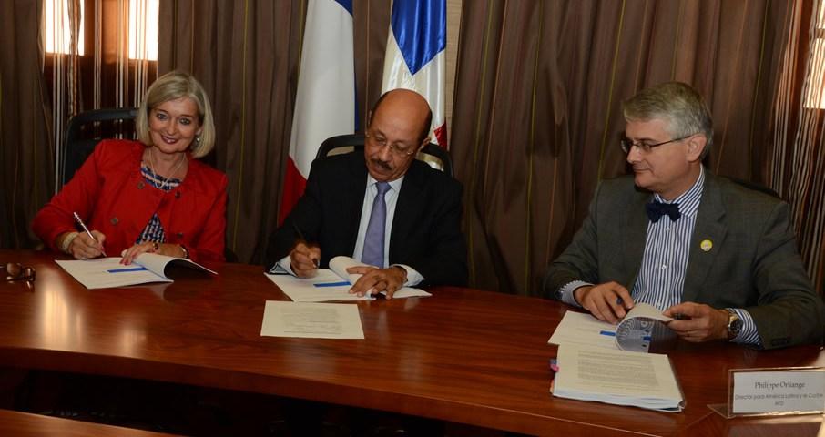 Firma convenio Fondo de Estudio y de Fortalecimiento de Capacidades
