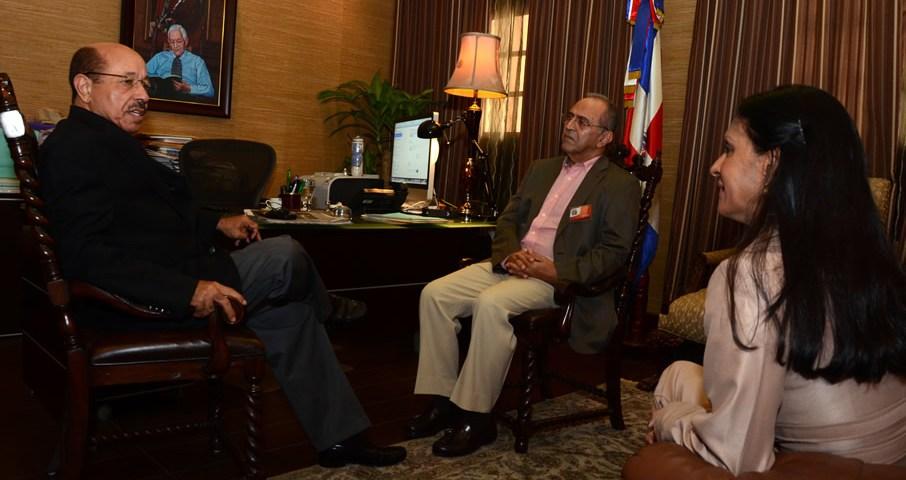 El ingeniero Temístocles Montás, Ministro de Economía, recibe en su despacho del Palacio Nacional a los dirigentes reformistas Guillermo Caram y Sussie Gastón