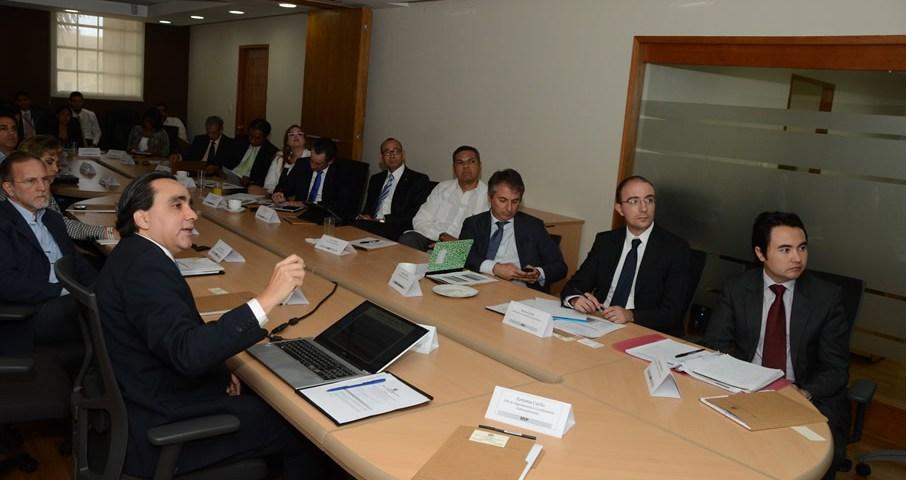El viceministro Juan Reyes, explica a actores de los sectores público y privado el alcance del acuerdo con el Banco Mundial para ayudar a la competividad del país