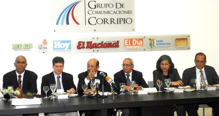 Juan Temístocles Montás acompañado de funcionarios de su Ministerio