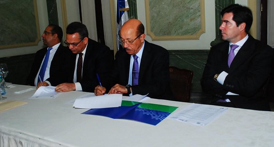 Los ministros de Economía, Temístocles Montás y de Administración Pública, Ramón Ventura Camejo, suscriben un acuerdo interinstitucional.