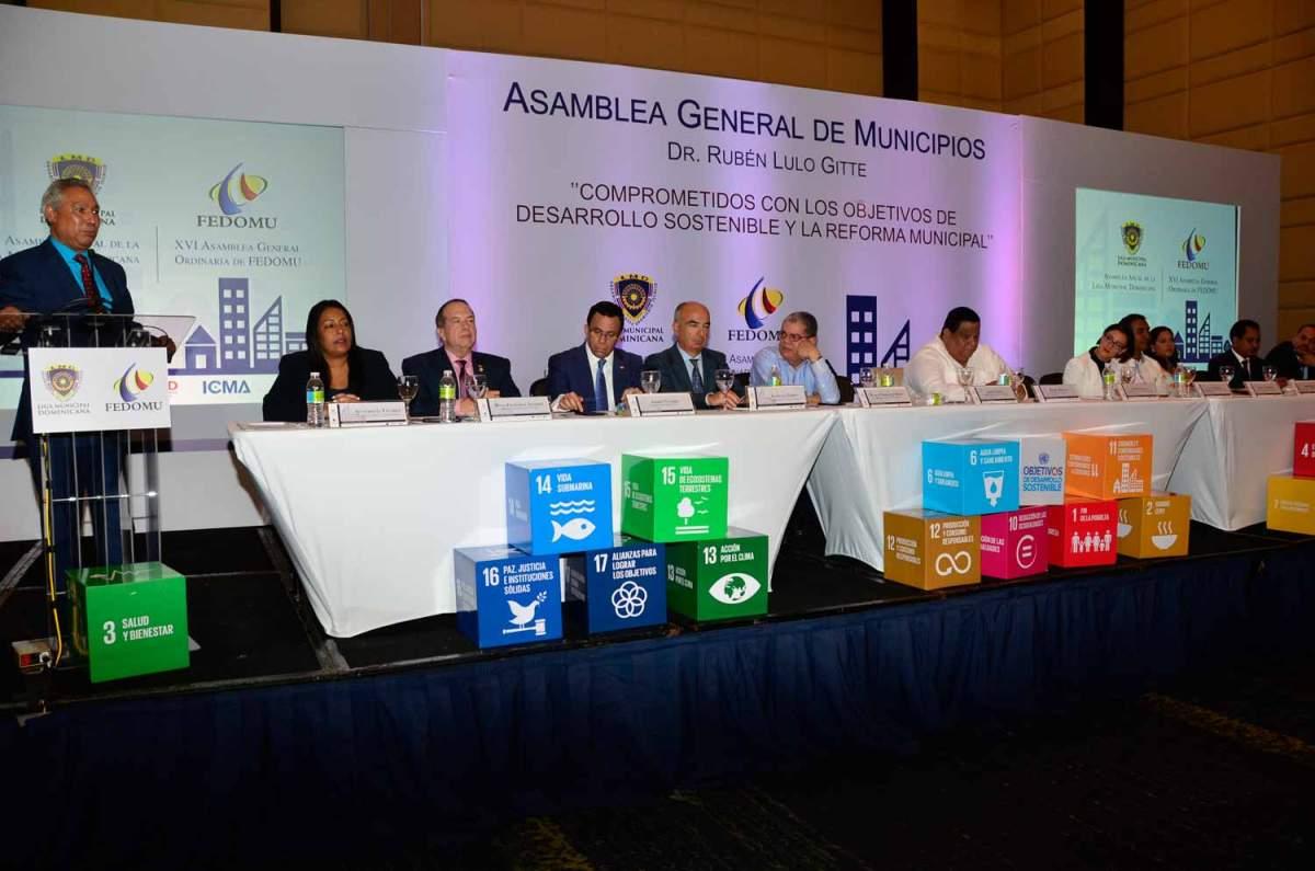 El ministro Isidoro Santana habla en el acto de apertura de la Asamblea General de Municipios que sesiona en Bávaro.
