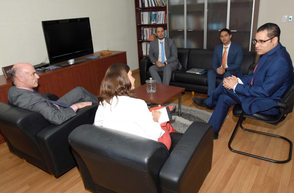 El ministro de Economía, Juan Ariel Jiménez, conversa en su despacho con el embajador de España en el país, Alejandro Abellán García de Diego y la coordinadora general de AECID, Blanca Yáñez Minondo.