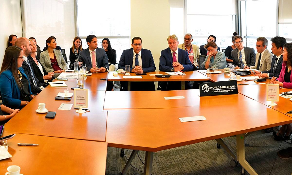 El ministro de Economía, Planificación y Desarrollo, Juan Ariel Jiménez, y Alessandro Legrottaglie, representante del Banco Mundial, y representantes de organismos internacionales y del Cuerpo Diplomático que forman parte de la Mesa de Donantes que preside el Banco Mundial (BM)
