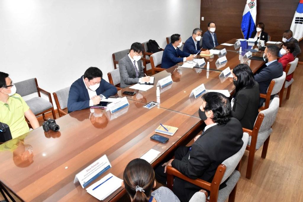 Olaya Dotel Caraballo, viceministra de Cooperación Internacional del ministerio de Economía, Planificación y Desarrollo, junto al secretario general del Centro Coreano Saemaul Undong y Saemaul Global, Myeong Sik Lee.