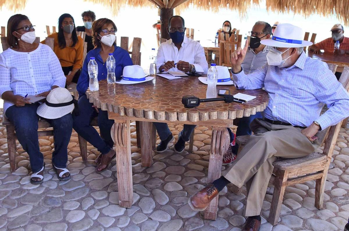 El ministro de Economía, Planificación y Desarrollo, Miguel Ceara Hatton, y su equipo técnico en el recorrido por Bahía de las Águilas conversa con comunitarios de Pedernales.