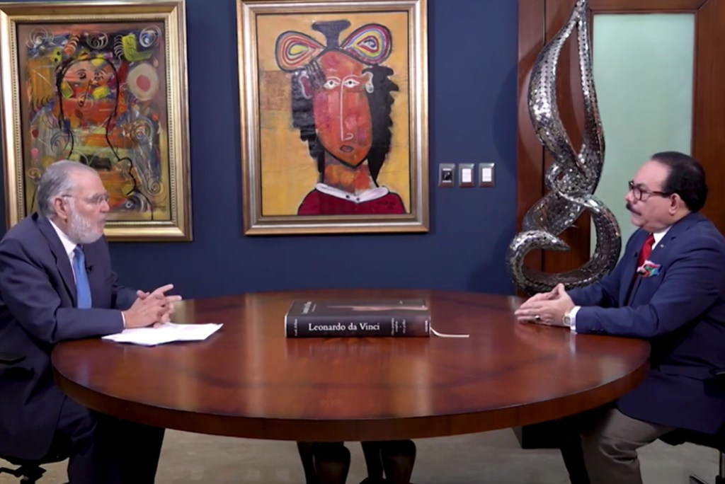 Ministro de Economía Miguel Ceara Hatton, entrevistado por el periodista Guillermo Gómez, en el programa Aeromundo