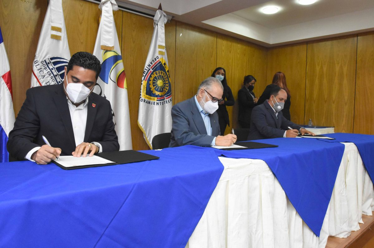 El ministro de Economía, Planificación y Desarrollo, Miguel Ceara Hatton, firma la carta compromiso con Kelvin Antonio Cruz Cáceres, alcalde de Concepción de La Vega.