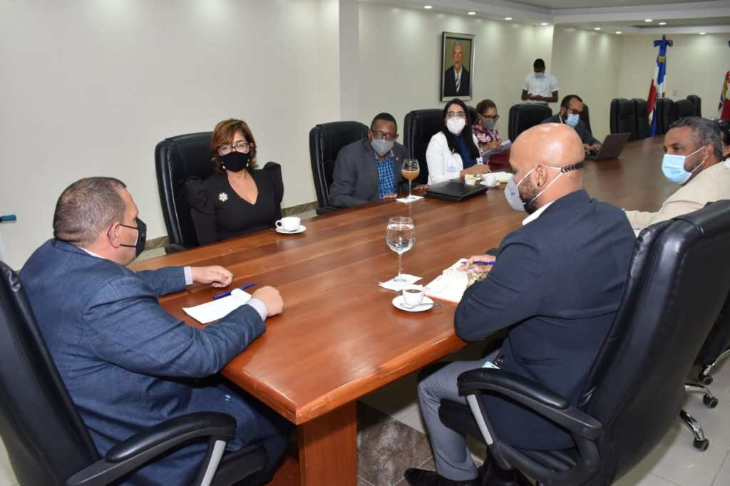 Olaya Dotel, viceministra de Cooperación Internacional del Ministerio de Economía, Planificación y Desarrollo y Carlos Guzmán, alcalde de Santo Domingo Norte, encabezan mesa de trabajo con representantes de las dos instituciones.