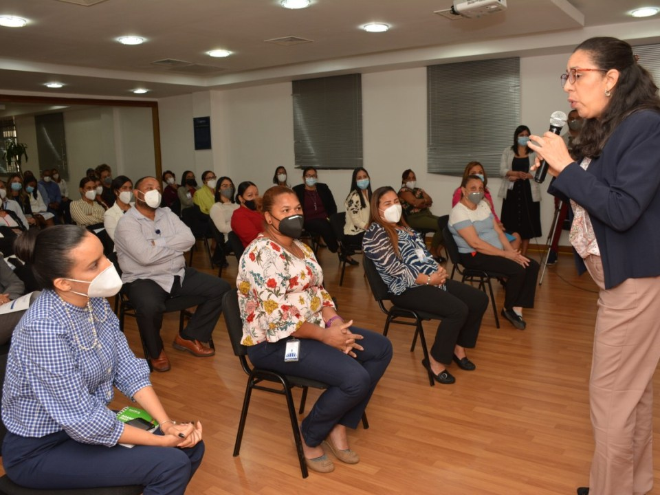 La especialista en conducta humana, Wendy Alba, en plena en el salón Carlos Ascuasiati de la institución.