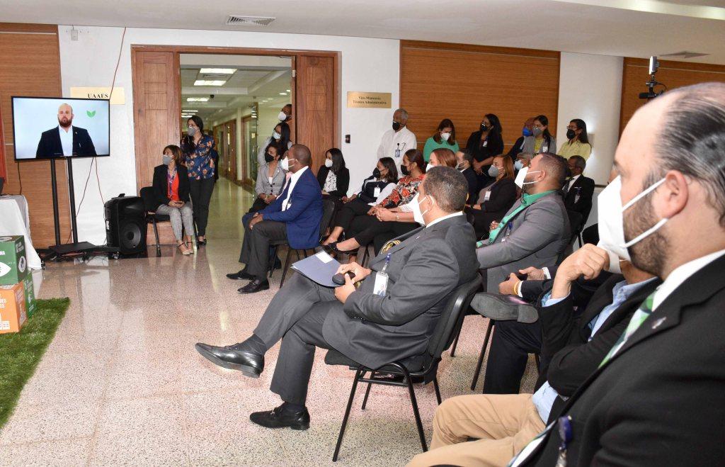 """Las personas asistentes durante la presentación los vídeos de la campaña """"Reducir, Reutilizar y Reciclar es #Sostenibilidad""""."""
