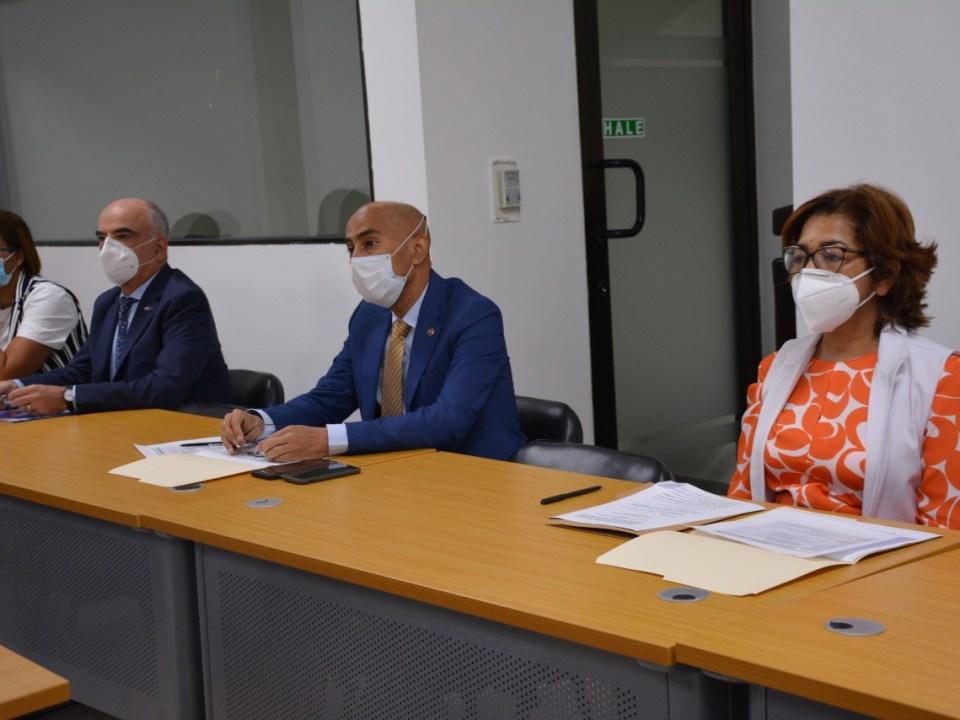 Olaya Dotel, viceministra de Cooperación Internacional del Ministerio de Economía, Planificación y Desarrollo y Ordenadora Nacional de los Fondos Europeos para el Desarrollo; el embajador Gianluca Grippa, jefe de la Delegación de la Unión Europea en la República Dominicana, y el coronel Puro de la Cruz, subdirector de la Defensa Civil.