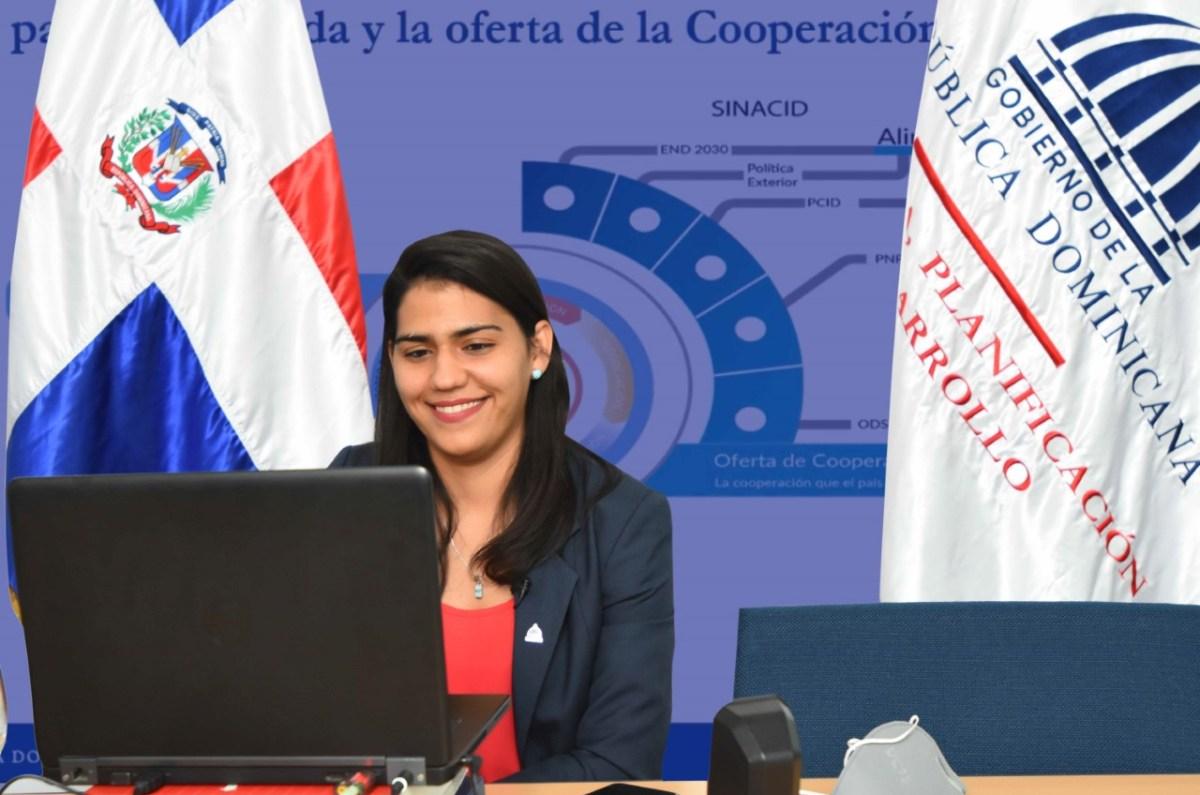 La economista Lety Melgen, directora de Análisis y Coordinación de la Cooperación Internacional del Ministerio de Economía, Planificación y Desarrollo, participa en la VII Semana Económica y Financiera del Banco Central.