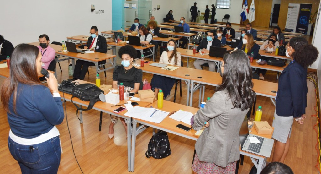 Las personas participantes en el taller completan la matriz única de cooperación.