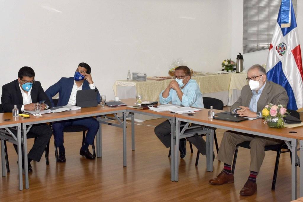 Ministro de Economía, Planificación y Desarrollo, Miguel Ceara Hatton; el director del Instituto Nacional de Aguas Potables Alcantarillado, Wellington Arnaud; participan en el taller sobre Anteproyecto de la Ley de Agua de la República Dominicana.