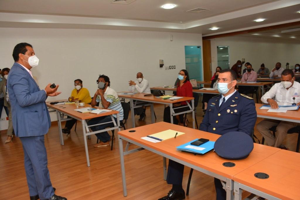 El consultor internacional Carlos Burgos se dirige a los matriculados durante la inauguración del Diplomado de Inversión Pública en el salón Carlos Ascuasiati.