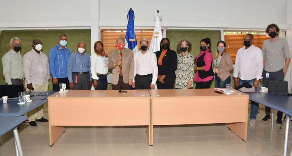 Representantes de la sociedad civil de Haina junto al viceministro Domingo Matías y su equipo de trabajo.