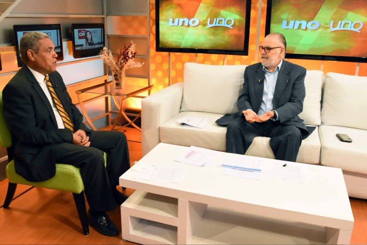 El ministro de Economía, Planificación y Desarrollo, Miguel Ceara Hatton, entrevistado por el periodista Adalberto Grullón, en el programa Uno+ Uno, transmitido por Teleantillas, canal 2.