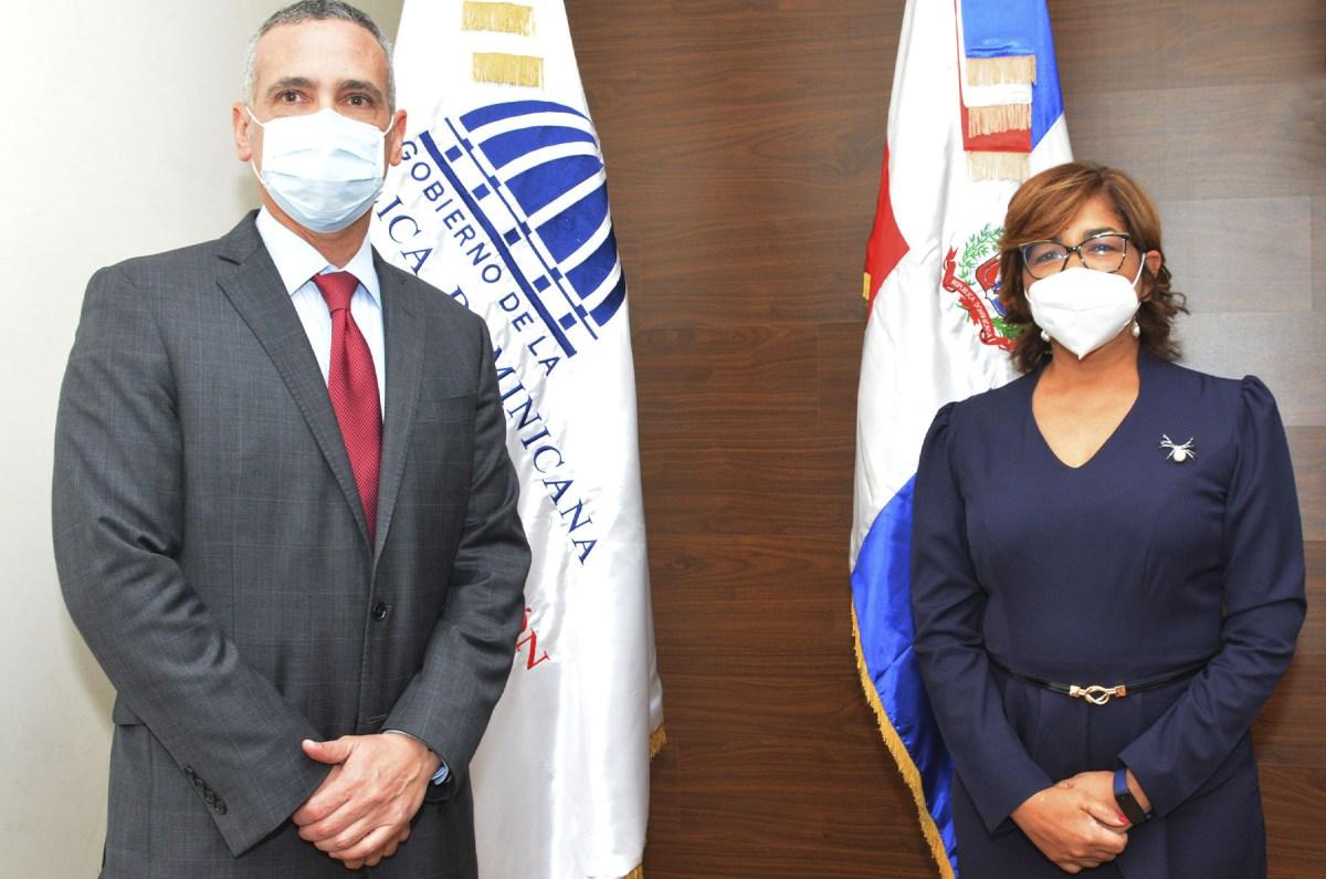 Olaya Dotel, viceministra de Cooperación Internacional del Ministerio de Economía, Planificación y Desarrollo, y Alejandro Arias, embajador de República Dominicana en el Perú.