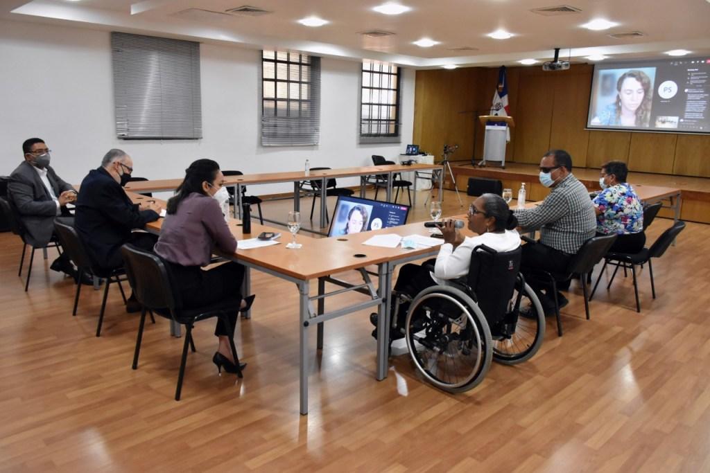 En la reunión con la Federación Nacional de Discapacitados Dominicanos (FENACID) participó la senadora Faride Raful, propulsora de una modificación de la Ley 13-5 sobre discapacidad.