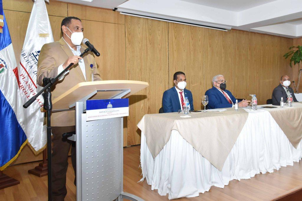 El viceministro Administrativo y Financiero, Yamel Valera, en representación del ministro Miguel Ceara Hatton.