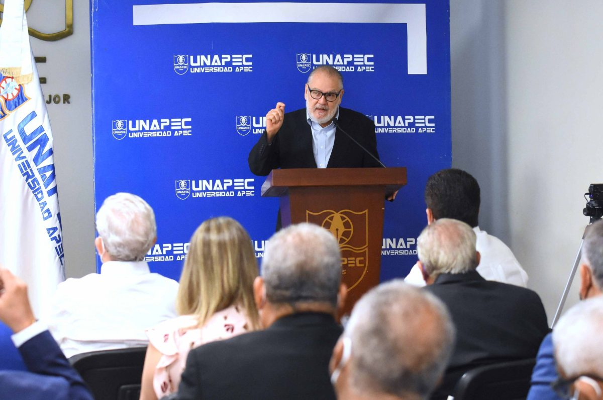 El ministro de Economía, Planificación y Desarrollo, Miguel Ceara Hatton, agradeció que las academias como UNAPEC contribuyan al desafío de proveer de agua a los dominicanos y dominicanas.