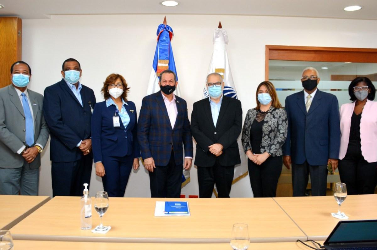 El ministro de Economía, Miguel Ceara Hatton, junto a la delegación de encabezada por su presidente Porfirio Peralta. Lo acompañan titulares de ambas instituciones.