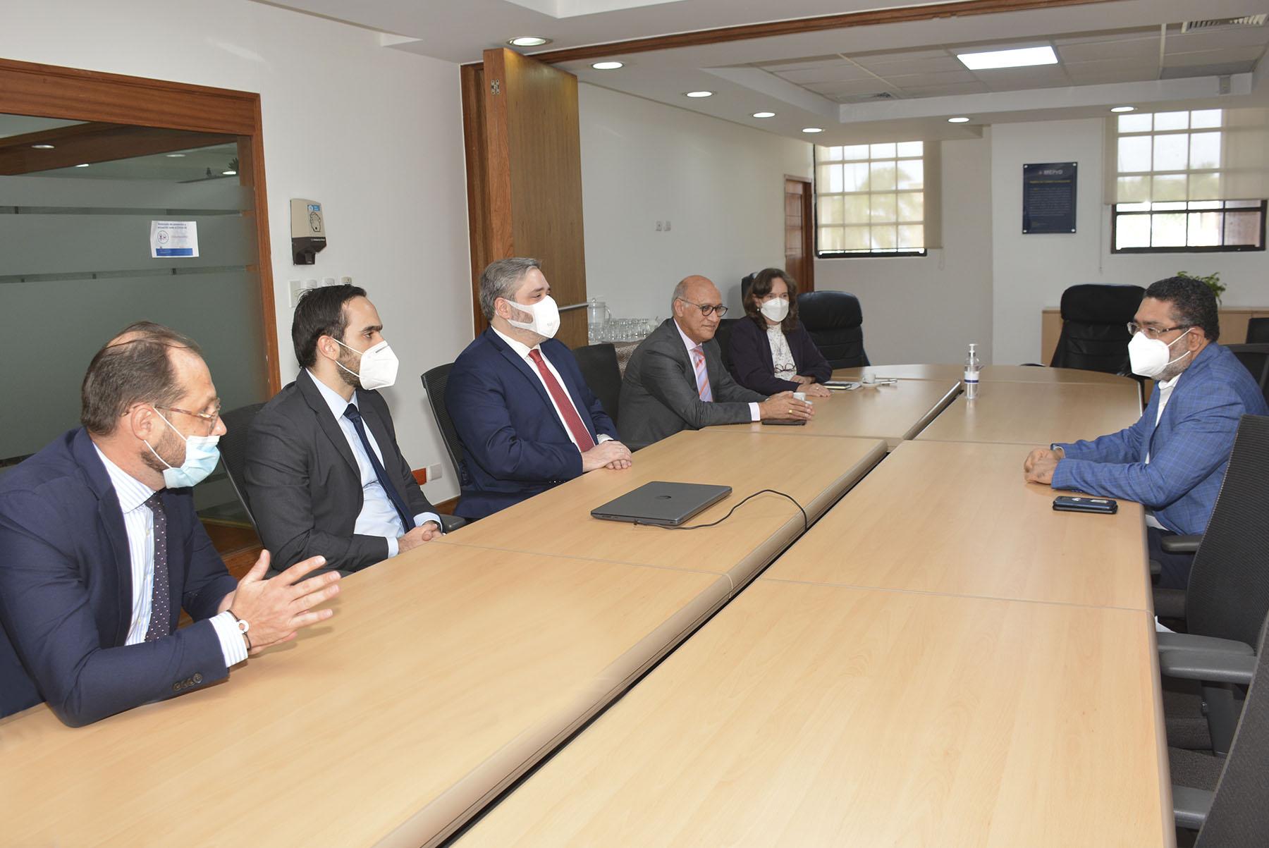 El viceministro de Análisis Económico y Social del Ministerio de Economía, Planificación y Desarrollo, Alexis Cruz, en el diálogo con los nuevos integrantes de la Junta Directiva de la EuroCámara de Comercio de la República Dominicana.
