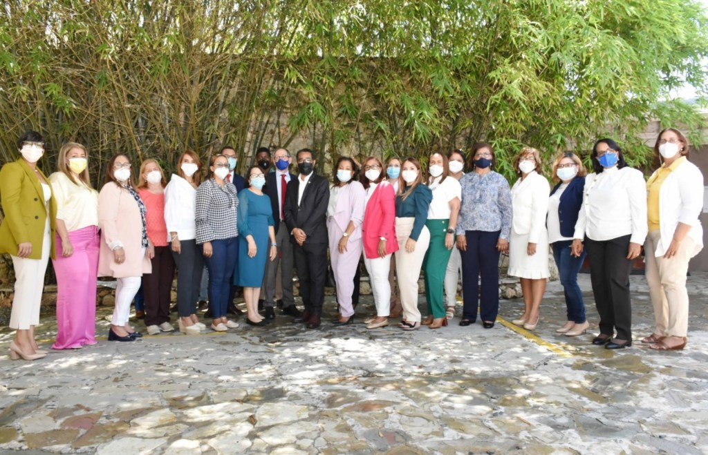 Foto de familia de la viceministra de Cooperación Internacional, Olaya Dotel, el director de la Defensa Civil, Juan Salas, y las gobernadoras participantes en el Taller.
