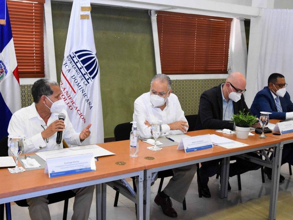 El ministro de Economía, Planificación y Desarrollo, Miguel Ceara Hatton, viceministros y viceministra y directores generales discutieron sobre los avances del viceministerio de Ordenamiento Territorial y Desarrollo Regional.