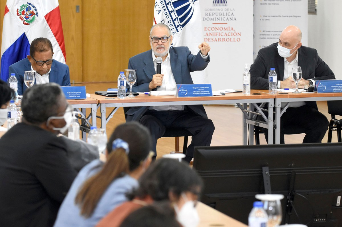 El ministro de Economía, Planificación y Desarrollo, Miguel Ceara Hatton, encabezó la apertura del proceso de consulta con representantes de las academias.