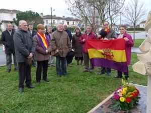 Avant le début de l'assemblée générale recueillement devant le Monument Départemental des Républicains Espagnols Square Antonio Machado