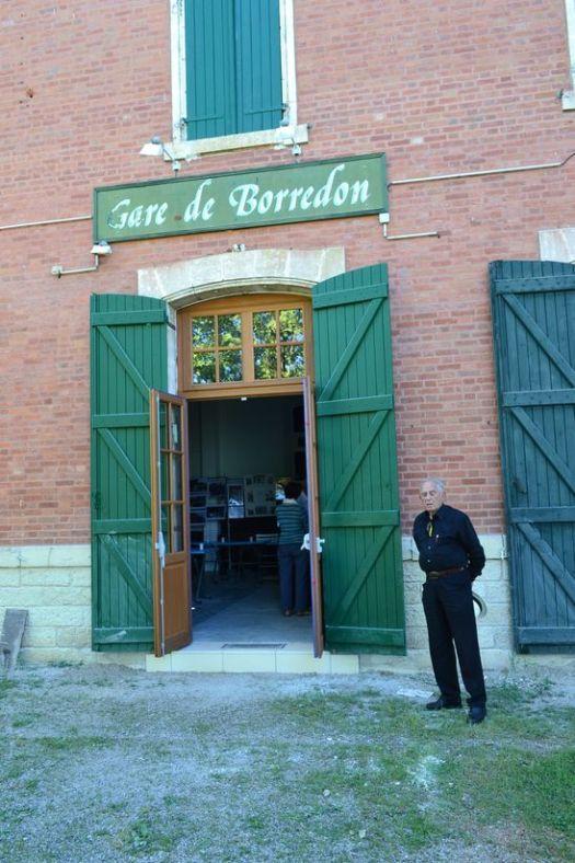 Isaac CASARES devant la gare de Borredon transformée en Musée