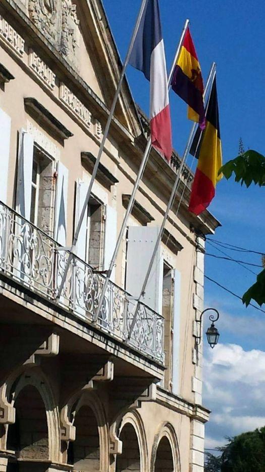L'hôtel de ville d'Aiguillon pavoisé aux couleurs républicaines
