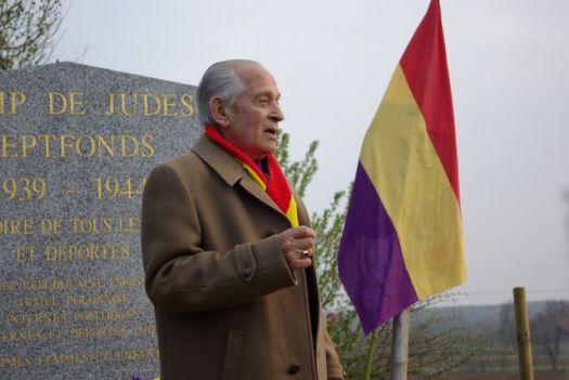 --------------------Luis Casarès devant le memorial de Septfonds