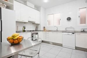 Large kitchen - Cocina espaciosa