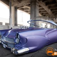 Carro dos anos 50 com estilo futurista