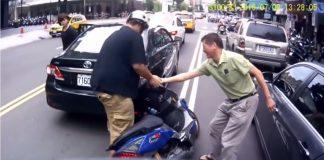 Motorista derrubou o motociclista e ainda fez pior ao tentar ajudar