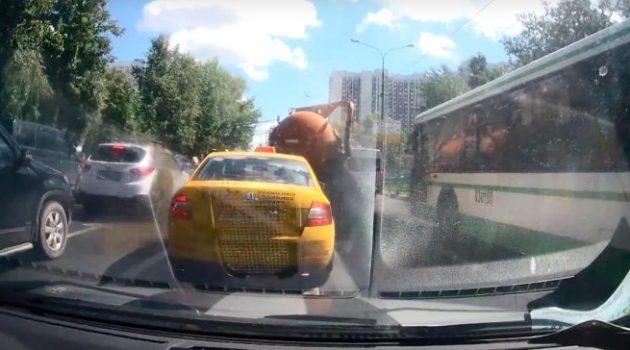 Caminhão de esgoto explode no meio da rua e suja tudo em sua volta