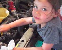 Menina de 3 anos troca o óleo do carro de seu pai