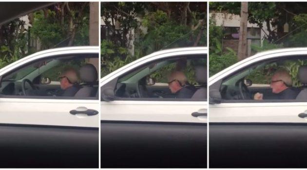 Avôzinho curtindo um Metallica no trânsito